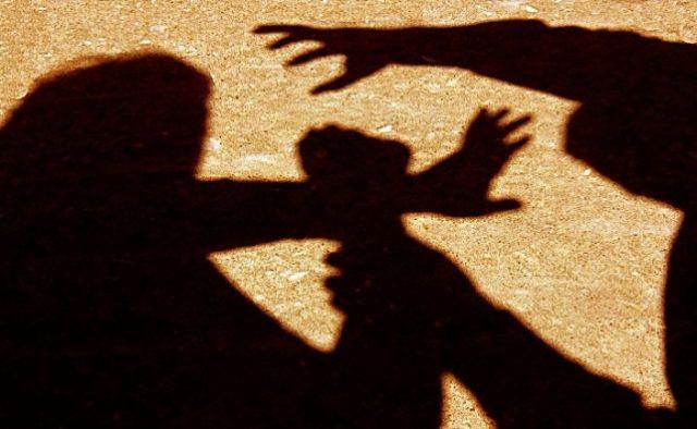 Избили и привязали к дереву проволокой: В Херсоне неизвестные жестоко поиздевались над молодой женщиной