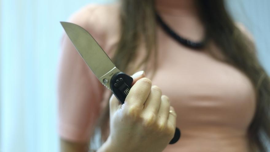 «Достала два кухонных ножа и напала с ним на людей»: В Музее неадекватная туристка набросилась на посетителей