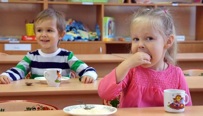 «Я ее отложил, но она все равно как-то попала»: В Киеве в детском саду ребенок вместе с супом съел на обед проволок