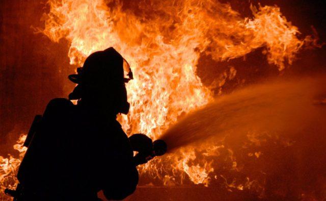 Черный дым затянул небо, дышать нечем: В Киеве произошла огромный пожар возле гипермаркета «Эпицентр»