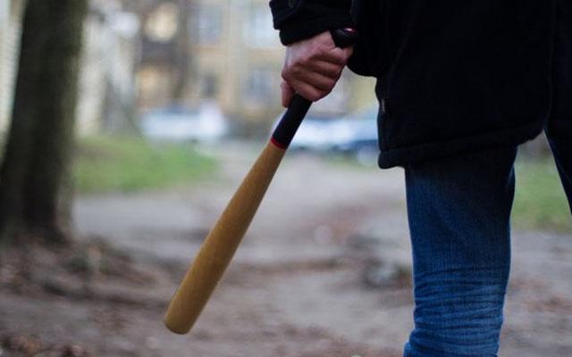 На Харьковщине неадекватные парни с битами набросились на прохожих, первые подробности