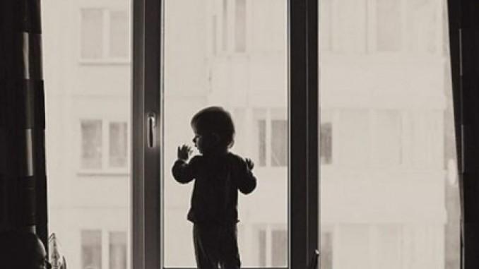 Оставили одну дома: В Днепре двухлетняя девочка выпала из окна 10 этажа