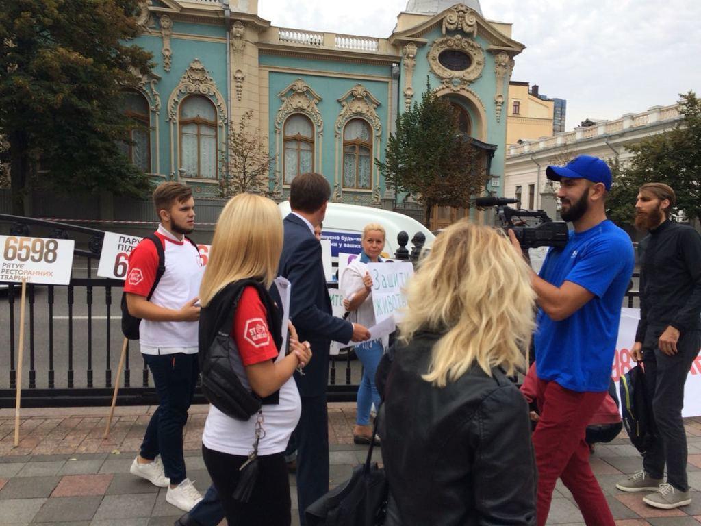 Разъяренные активисты пришли в Раду, что найти скандального нардепа. Первые подробности