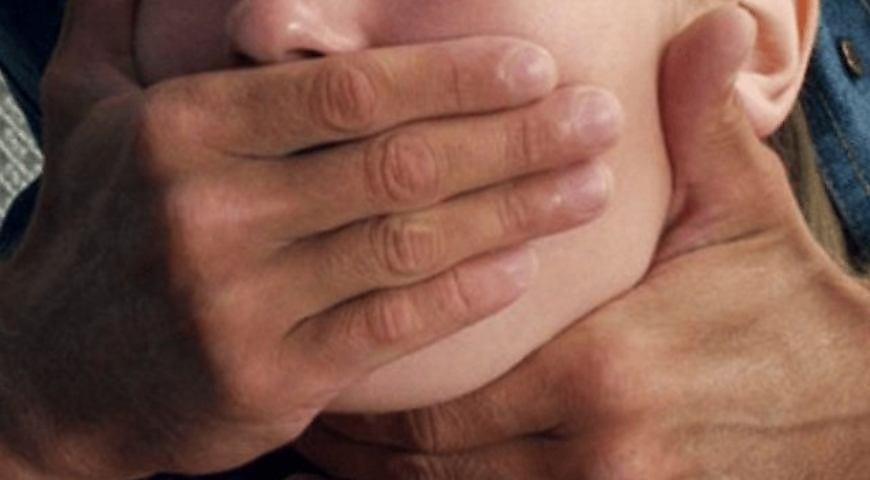 Шла на работу: Под Киевом неадекватный молодой человек средь бела дня изнасиловал девушку