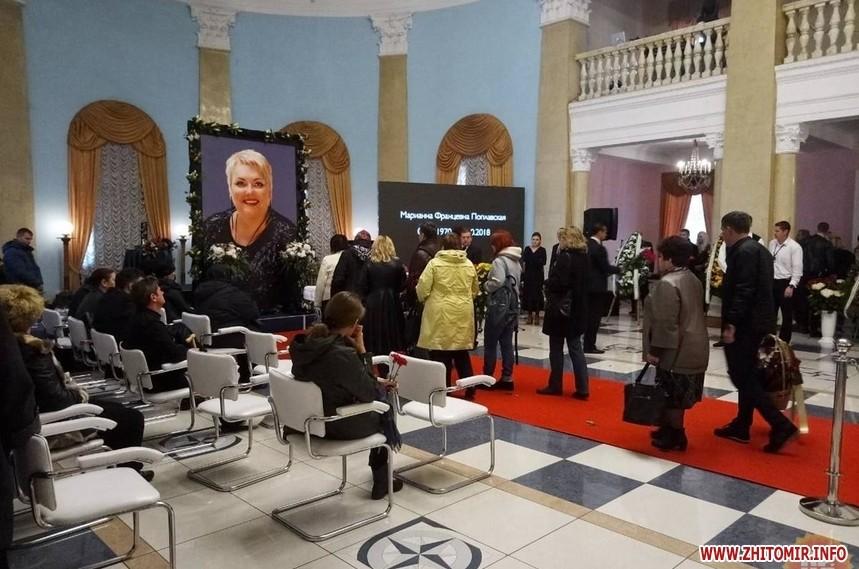 Очередь на пару сотен метров и охапки цветов: в Киеве прощаются с Мариной Поплавской