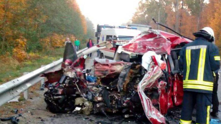Жуткая ДТП на Киевщине: Легковушка на большой скорости врезался в грузовик, есть жертвы
