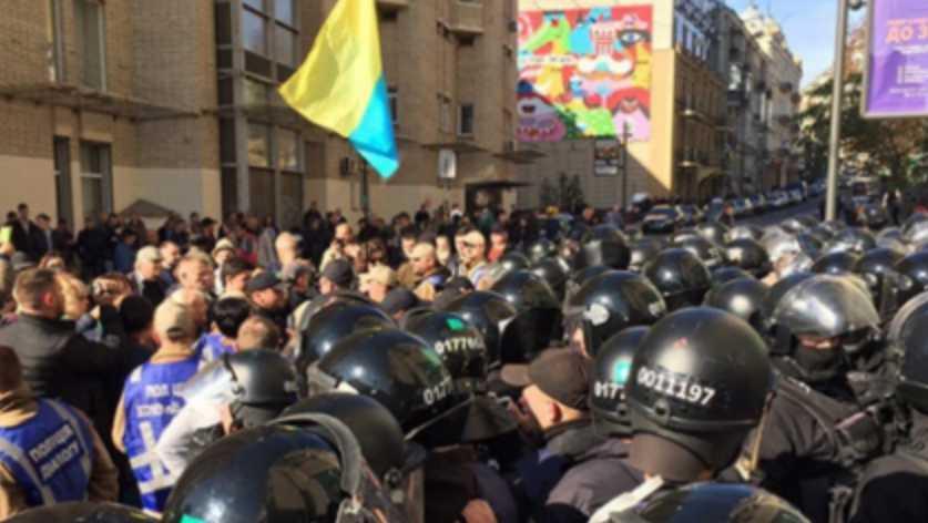 В центре Киева День защитника Украины перерос в массовые столкновения между активистами и полицией, первые подробности