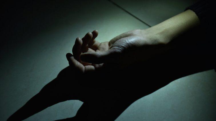 Покончил с жизнью: известная певица нашла тело своего мужа дома