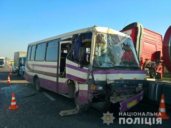 Жуткая авария на Львовщине: Рейсовая маршрутка врезалась в грузовик, первые подробности