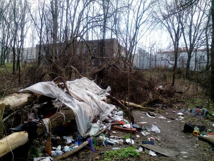 Несколько раз со всей силы ударил головой о цементный, а тело выбросил на свалки: На Киевщине мужчина зверски убил женщину