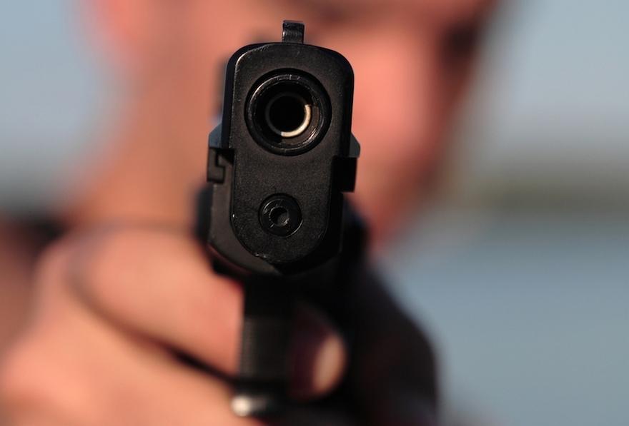 Парень в белый день расстрелял 5 полицейских, есть погибший