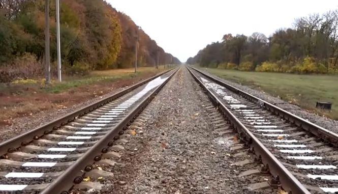 Лежал на путях, закрыв уши руками: В Сумской области полицейские спасли из-под поезда ребенка