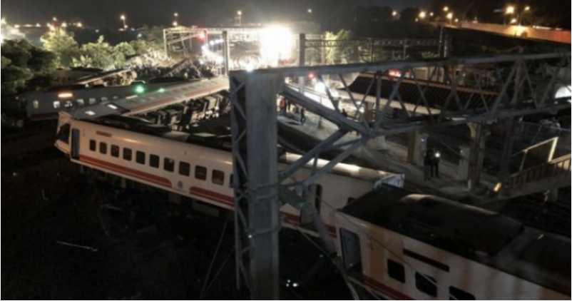 Влетел на перрон, уничтожая все на своем пути: Пассажирский поезд попал в ужасную авария