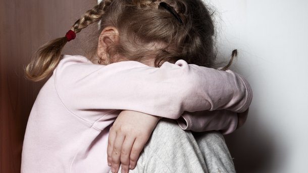 Придумал игру и заставлял ребенка в это играть: Под Киевом мужчина в течение года развращал 7-летнюю дочь друга
