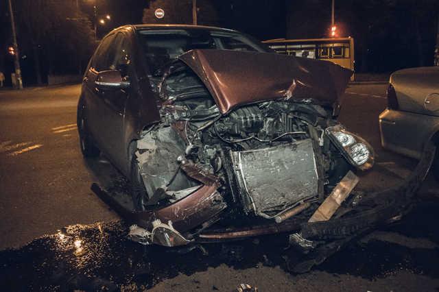 Проехал на красный: в Киеве Opel врезался в Mercedes с детьми