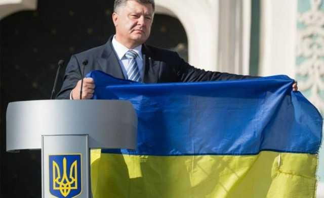 «Упал под ноги»: Херсоне во время визита Порошенко упал государственный флаг