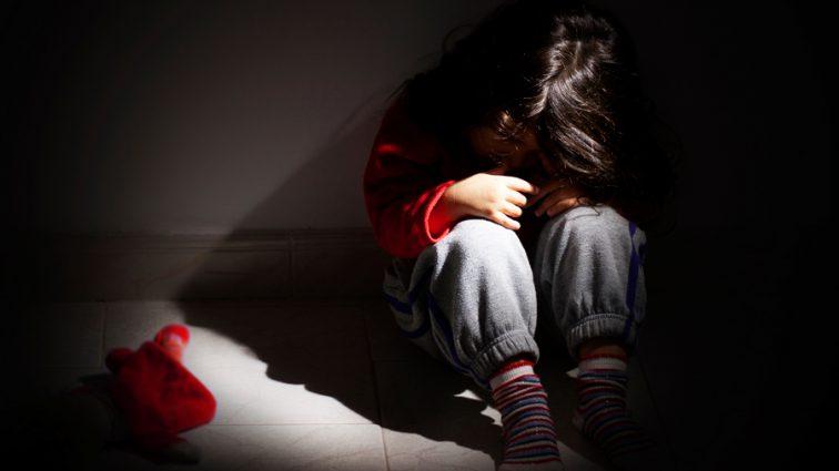 Пока мама развлекалась в баре: Неадекватный мужчина изнасиловал ее 5 летнюю дочь