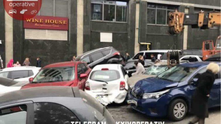 В центре Киева КамАЗ без тормозов снес 10 авто: первые подробности жуткой ДТП