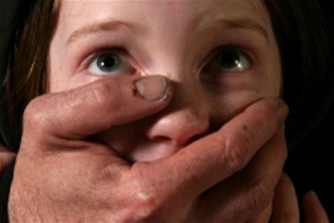 Долгое время не давал ребенку прохода: В Харьковской области сожитель мамы насиловал 13-летнюю больную девочку