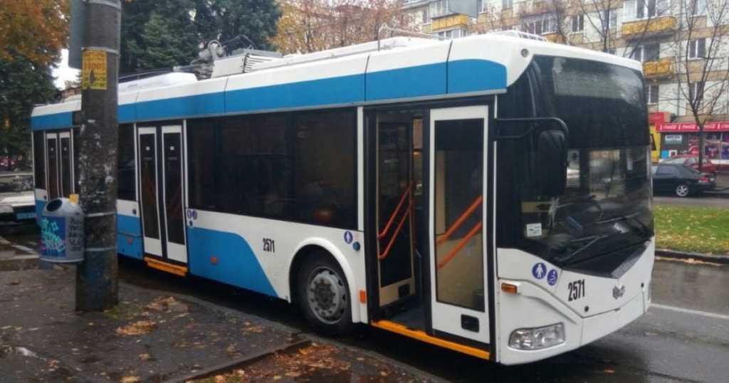 Ничего не предвещало беды: В Днепре неизвестные обстреляли троллейбусы и маршрутку
