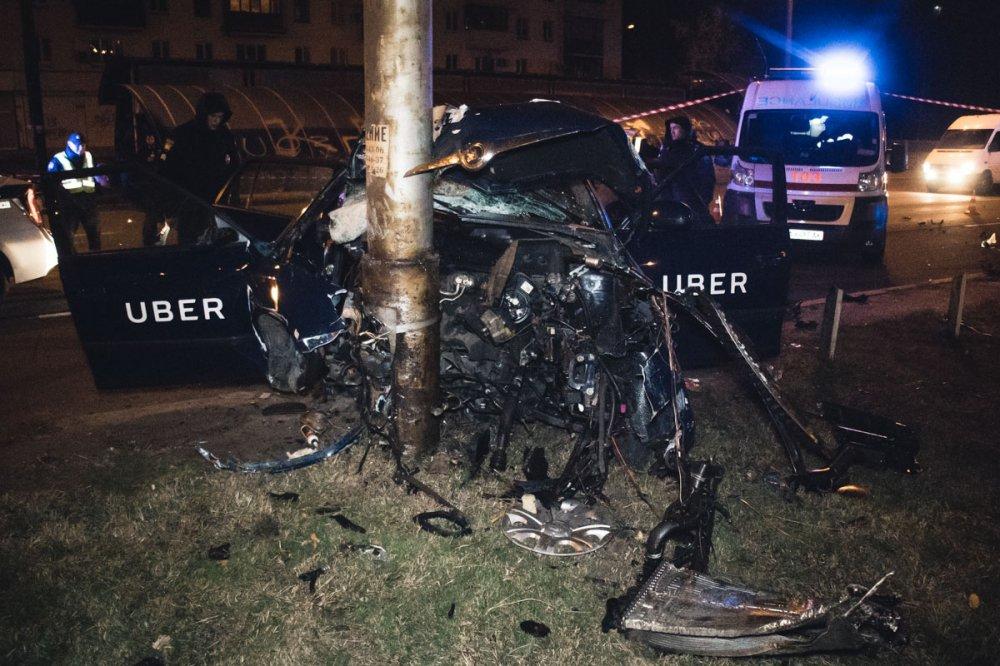 Таксист-камикадзе на скорости влетел в столб: пассажир в реанимации, а машина разбросана по трассе
