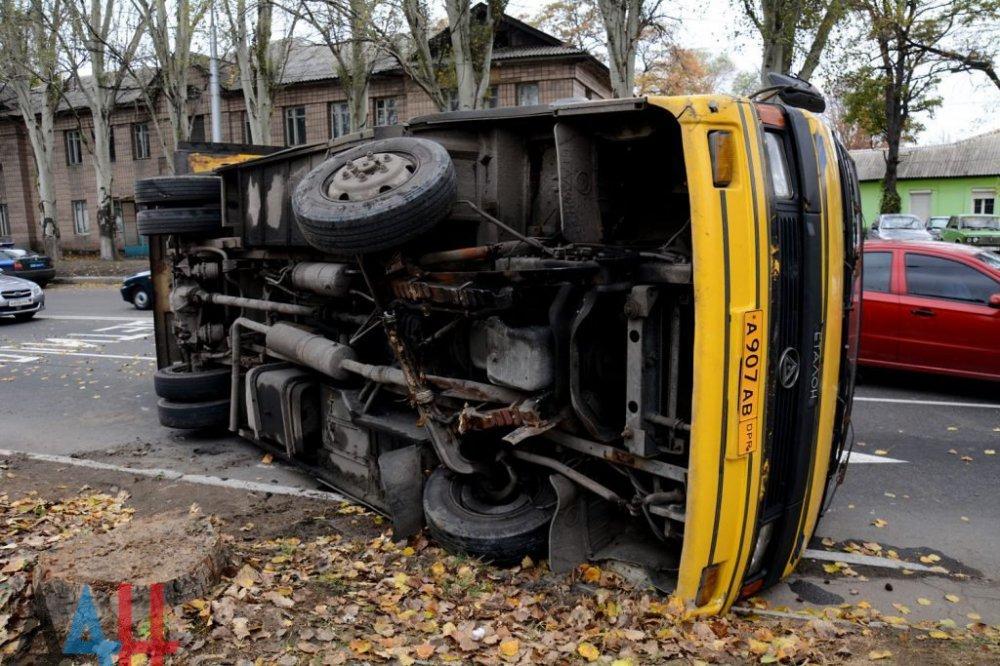 В результате аварии перевернулся автобус с людьми: семь человек пострадали