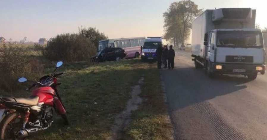 Во Львовской области авто протаранило маршрутку: 2 погибших и 6 пострадавших