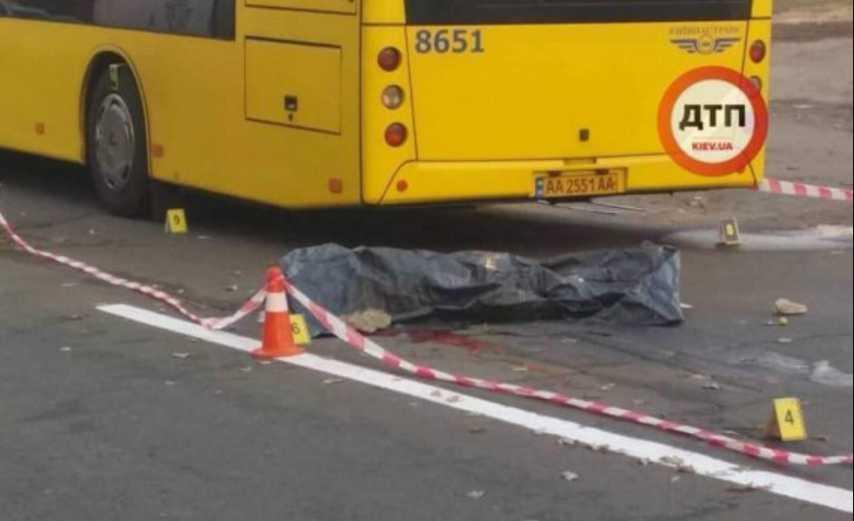 Умер мгновенно: в столице мужчину толкнули под колеса автобуса