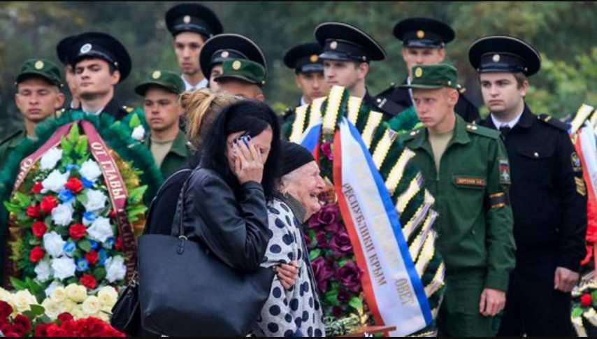 Бешеный плач и охапки цветов: В Керчи прощаются с погибшими в результате расстрела и взрыва