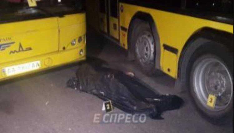 «Стальные объятия»: невинную женщину насмерть зажало между автобусами