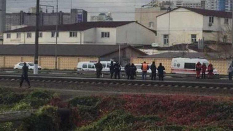 Тело отбросило на 50 м: в Киеве мужчину сбил поезд
