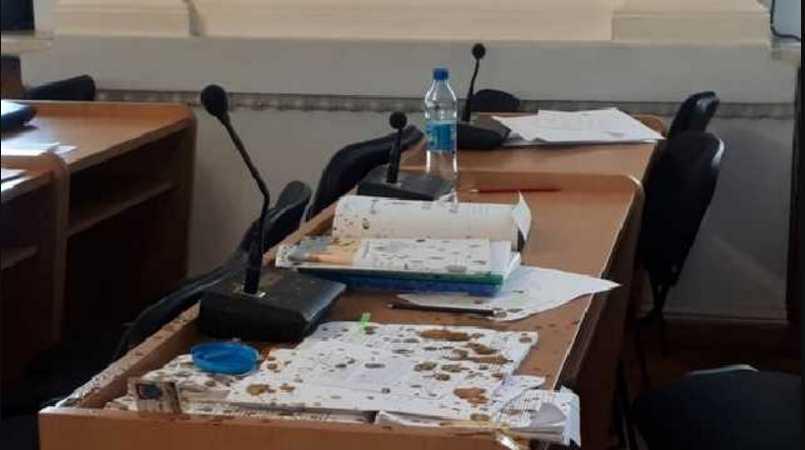 Произошел словесный конфликт, который перерос в драку: активисты облили трех депутатов фекалиями