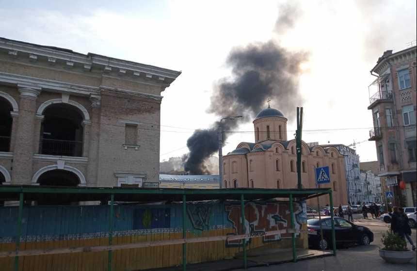Над Киевом поднимаются клубы черного дыма: горит здание у посольства Нидерландов