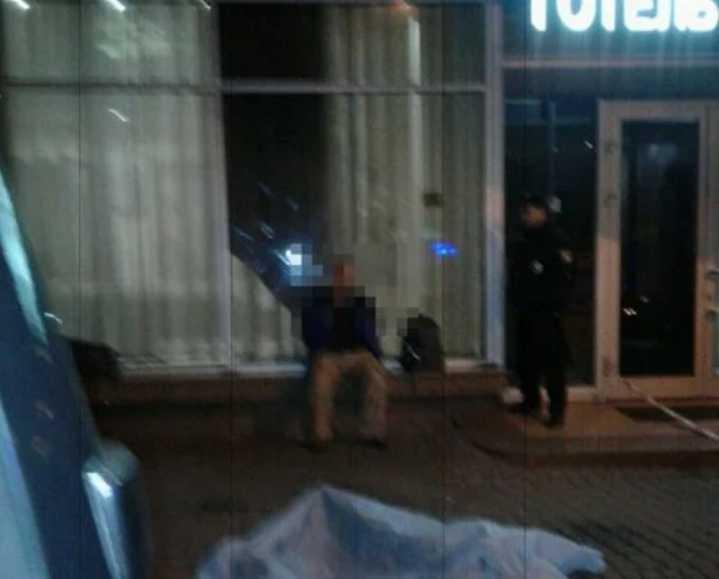 Зарезали ножом: Ночью возле гостиницы «Львов» жестоко убили мужчину