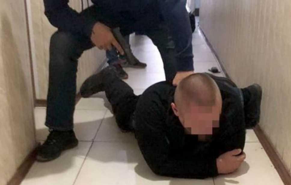 Требовал вознаграждение за свои «услуги»: полицейский попался на взятке
