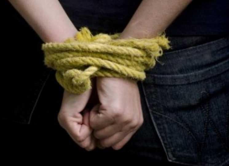 Делят между собой должности: неизвестные похитили чиновника и «избили как собаку»