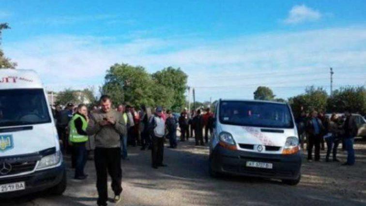 Под Львовом десятки жители перекрыли дорогу: что требуют протестующие