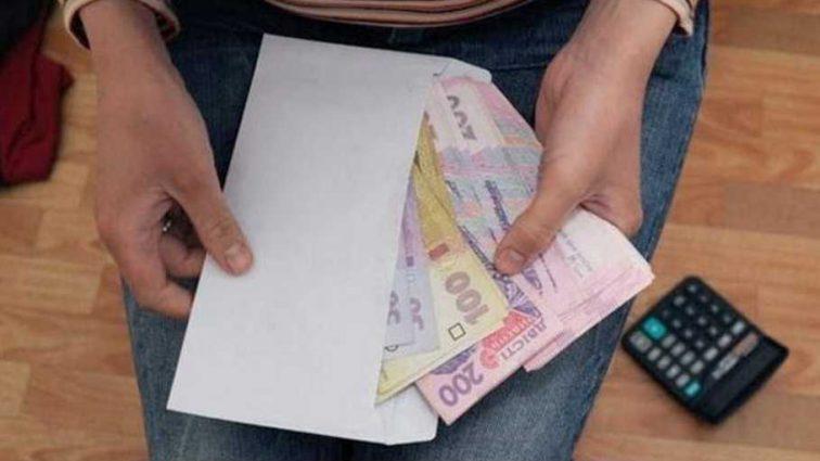 Неожиданные цифры: сколько украинцев до сих пор получают зарплату в конвертах