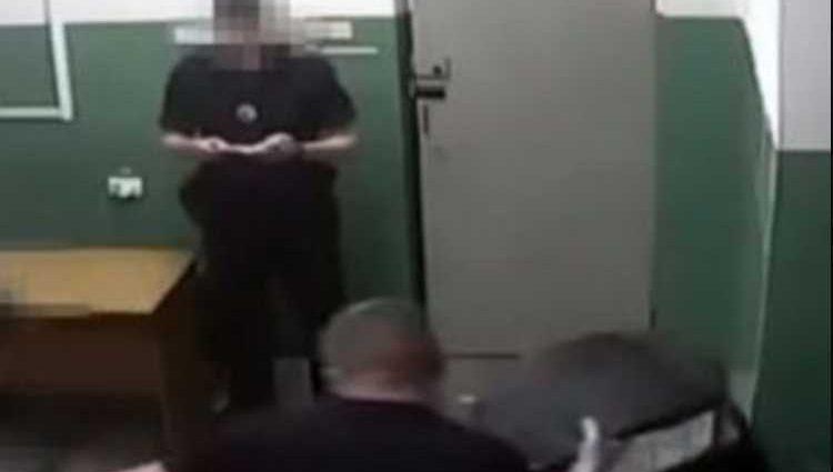 Допрос с пристрастием: полицейский разбил стул о голову задержанного