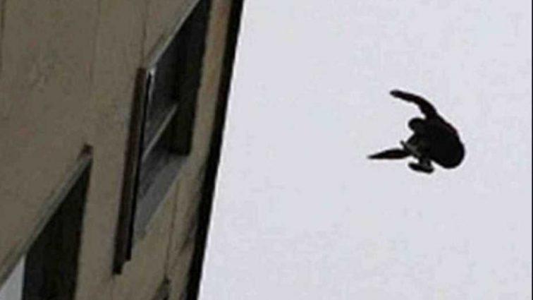 Пытался что-то доказать своей девушке: парень сорвался с 4-го этажа общежития