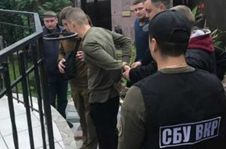 Распространял наркотики: во Львовской области на солдата надели наручники