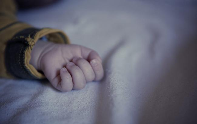 «Ребенок лежал у лифта, укутанный одеялом»: В подъезде многоэтажки нашли младенца