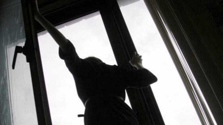 Пока никого не было выбросилась из окна роддома: стала известна причина поступка роженицы, которая потрясла всех