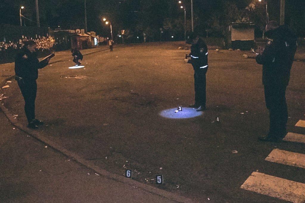 «Били ногами и тянули по асфальту»: В Киеве произошла массовая драка со стрельбой, первые подробности