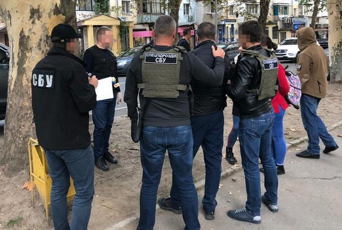 В Одессе на взятке задержали инспектора таможни