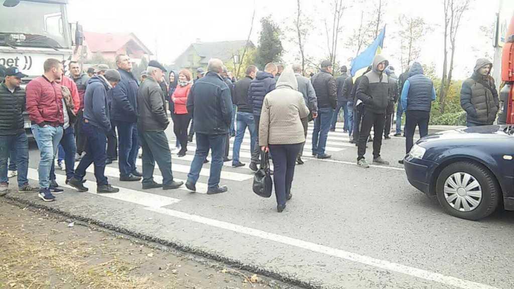 Местные уже вторые сутки перекрыли международную трассу: что требуют жители Львовской области