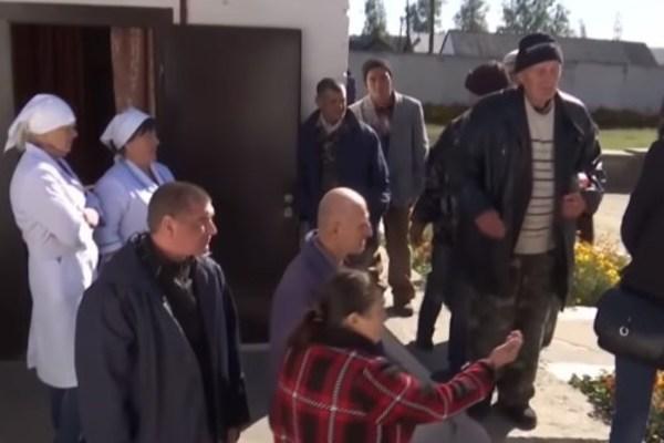 Люди боятся выйти из дома: на Житомирщине разгорелся громкий скандал из-за психбольницы, которая позволяет гулять по селу убийцам и насильникам