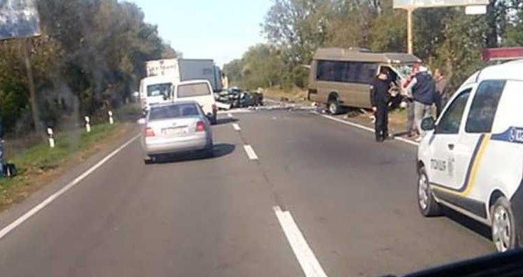 Автомобиля просто нет»: под Киевом произошла жуткая ДТП с микроавтобусом