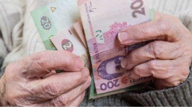 Пенсию в украинцев могут отобрать: что известно о «подводных камнях» пенсионного закона