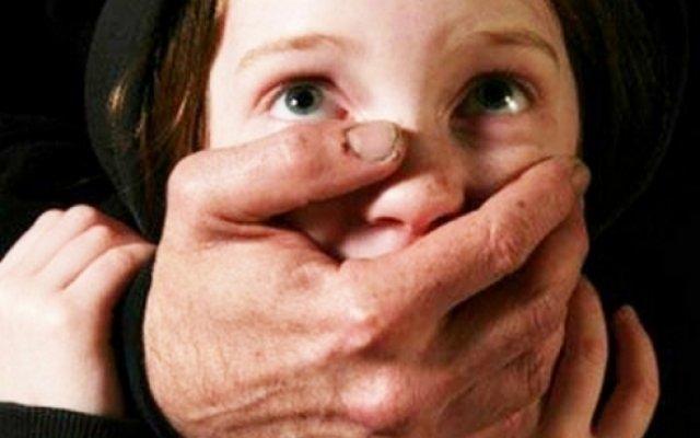 Жестоко изнасиловал и избил до полусмерти: В Черновицкой области отец-изверг жестоко надругался над дочерью